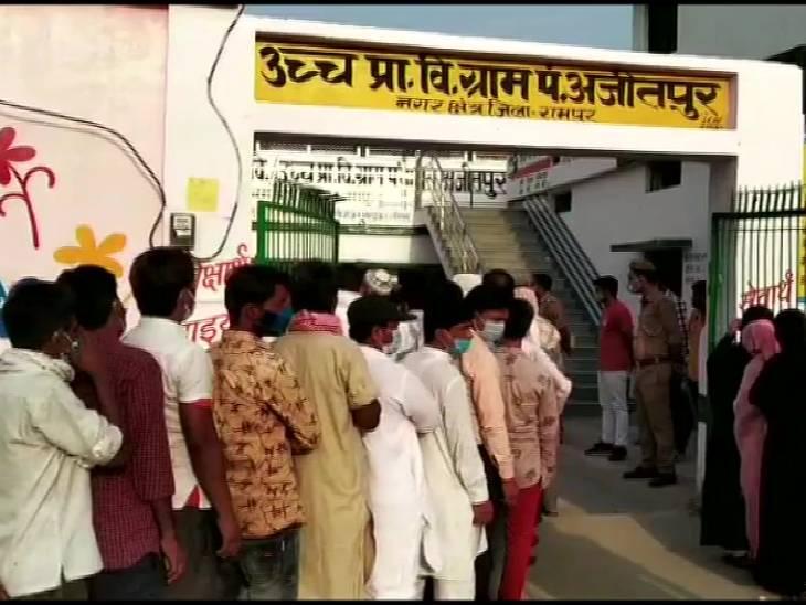 रामपुर में मतदाता कोरोना से बेपरवाह नजर आए।