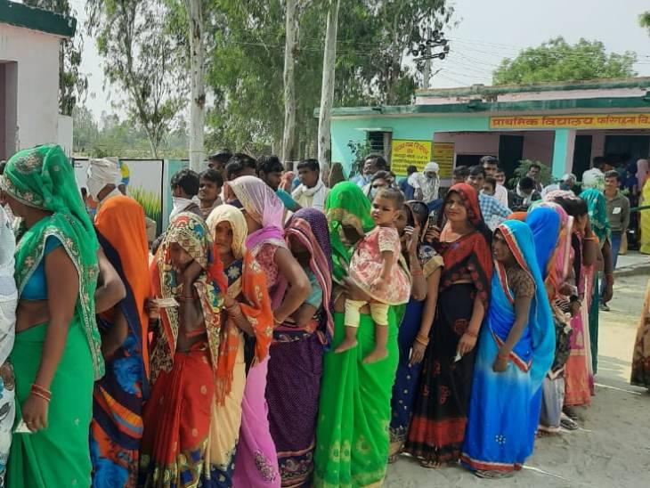 हरदोई जिले में मतदान के लिए पहुंची महिलाओं ने सोशल डिस्टेंसिंग का ख्याल नहीं रखा।