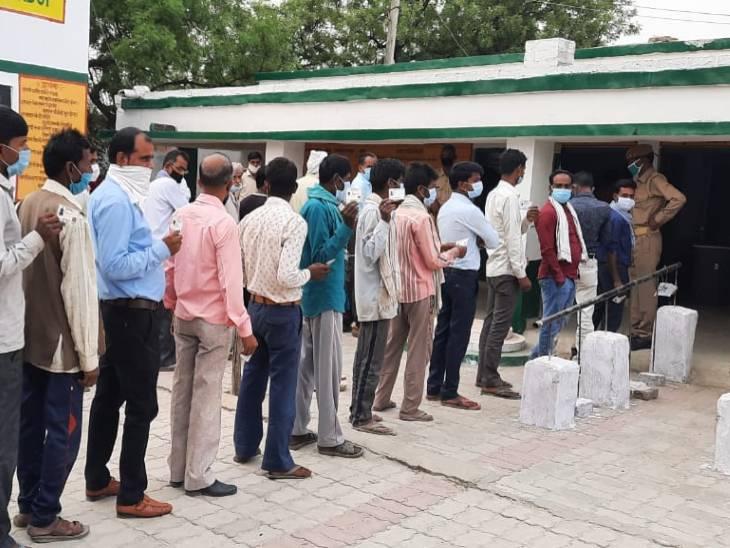 हरदोई में मतदाताओं की लंबी कतार। इस दौरान सोशल डिस्टेंसिंग के नियम हवा में उड़ते रहे।