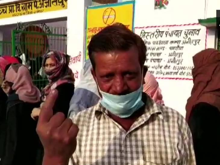 रामपुर में मतदान के बाद स्याही दिखाता मतदाता।