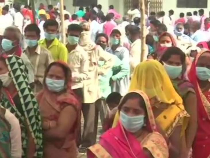 गोरखपुर के चरगावां में मतदाताओं की लगी लंबी कतार।