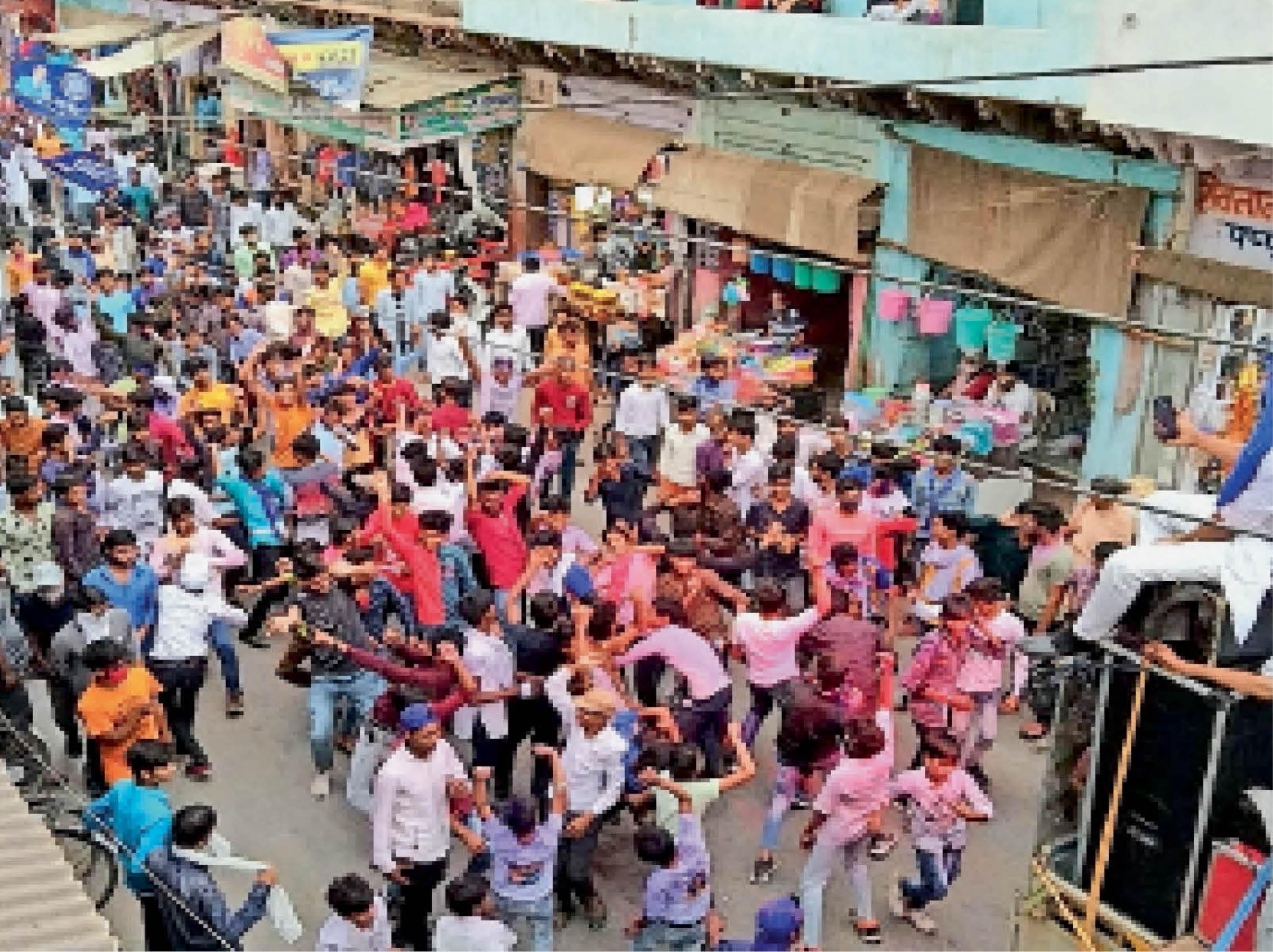 भरतपुर. शहर में डॉ. बीआर अंबेडकर की 130वीं जयंती के अवसर पर निकाली गई रैली में शामिल लोग। - Dainik Bhaskar