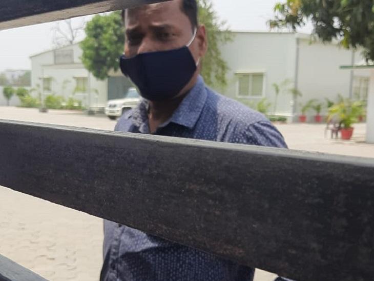 कोरोना के बाधित खतरे को देखते हुए विभिन्न पार्टी कार्यालयों में भी बंदी हो गई है। - Dainik Bhaskar