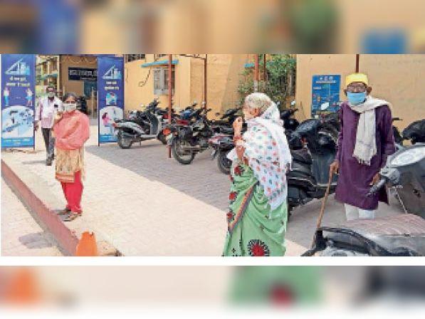 गुरुवार को भी नहीं पहुंची वैक्सीन, दूसरी डोज के लिए भटक रहे लोग, लाठी के सहारे कई किमी पैदल चलकर आ रहे बुजुर्ग निराश लौट रहे कांकेर,Kanker - Dainik Bhaskar
