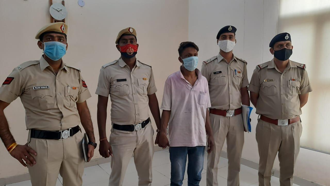 पलवल। पुलिस के शिकंजे में बुजुर्ग की हत्या करने वाला आरोपी। - Dainik Bhaskar