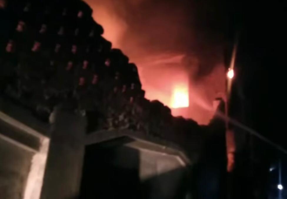 सामान जलकर हुआ खाक; कई जगह से छत व दीवार भी गिरी, रबड़ होने की वजह से बुझाने में हो रही देरी|जालंधर,Jalandhar - Dainik Bhaskar