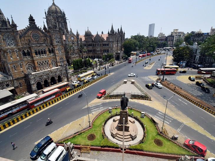 मुंबई के छत्रपति शिवाजी महाराज टर्मिनस के बाहर की सड़क पर पसरा सन्नाटा। आम दिनों में इस सड़क पर देर रात को भी भारी ट्रैफिक रहता है।