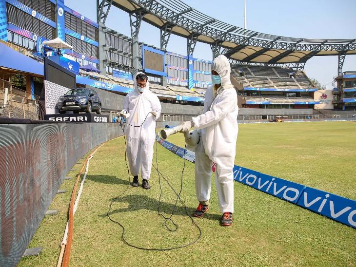 संक्रमण के खतरे को देखते हुए मुंबई के वानखेड़े स्टेडियम को हर दिन सैनिटाइज किया जा रहा है।