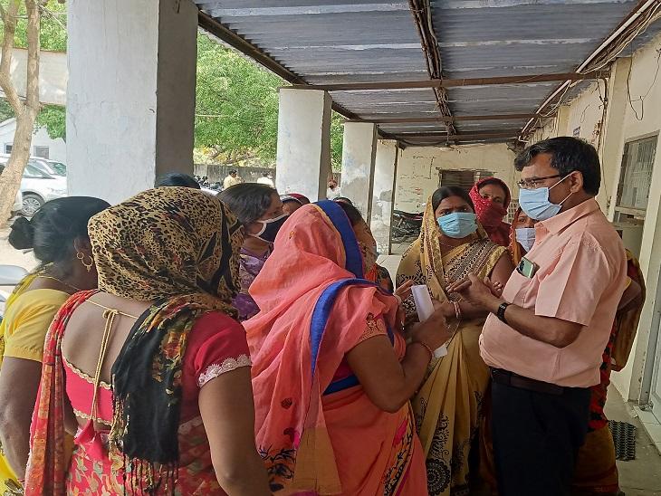 सेक्टर 23 संजय कॉलोनी गली नंबर 54/5 की दर्जनों महिलाओं ने शुक्रवार को नगर निगम मुख्यालय पहुंची और चीफ इंजीनियर रामजीलाल से मिलकर अपनी समस्या बताई। - Dainik Bhaskar