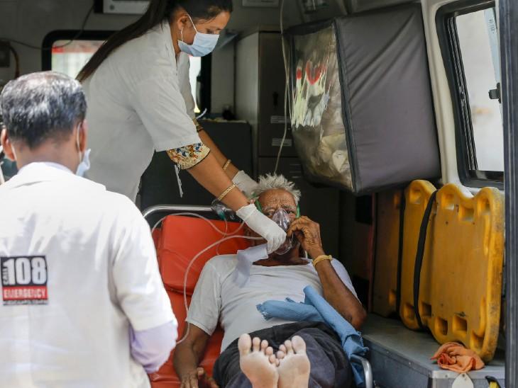 फोटो गुजरात के अहमदाबाद शहर की है। यहां अस्पतालों में बेड की कमी के चलते कोरोना मरीजों का एंबुलेंस में ही इलाज चल रहा है।