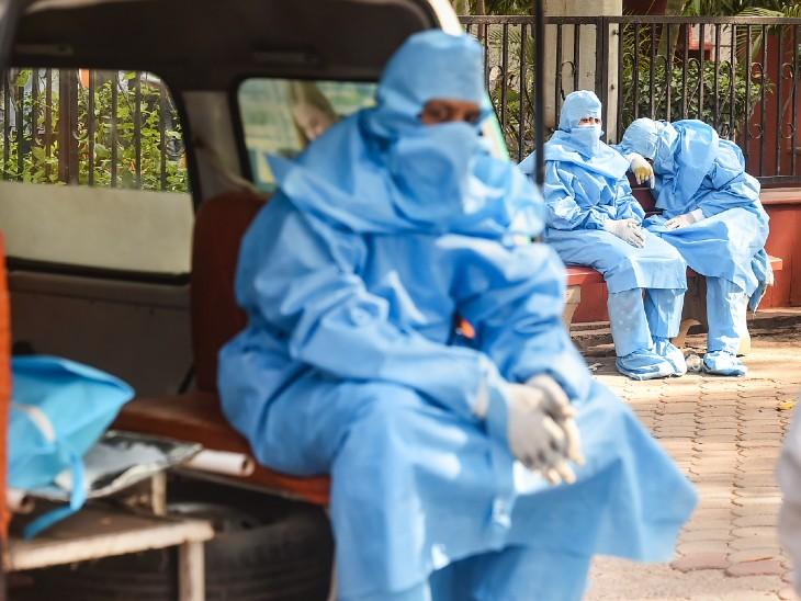 फोटो देश की राजधानी दिल्ली की है। यहां निगमबोध घाट पर कोरोना मरीज के शव का अंतिम संस्कार करने के लिए पहुंचे परिजन भी PPE किट में दिखे। दिल्ली में हर रोज कोरोना से 100 से ज्यादा लोगों की मौत हो रही है।