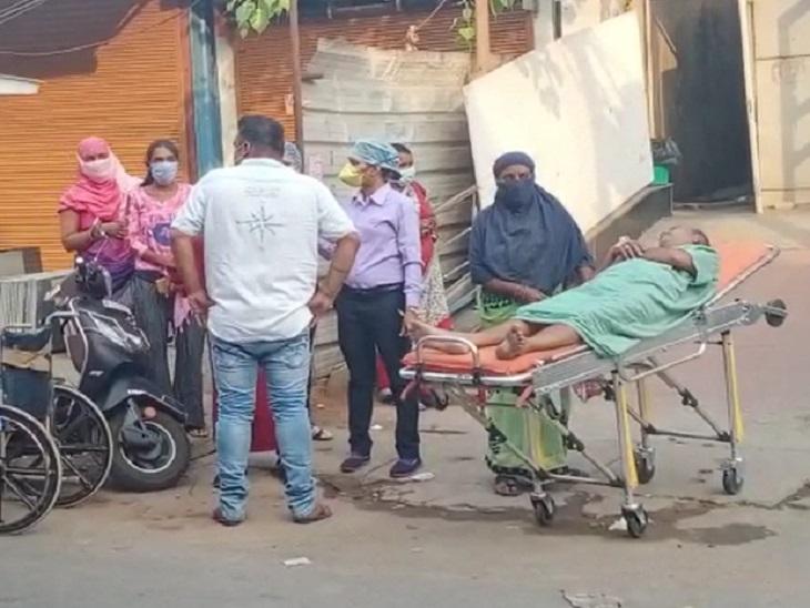 आग के बाद बाहर निकाले गए मरीज के साथ खड़े परिजन।