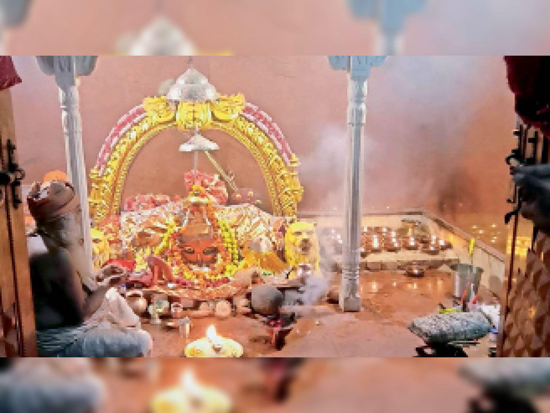 बुढ़ी माई मंदिर में शाम के वक्त पूजा करते पंडित। लाइव स्ट्रिमिंग से भक्त घर बैठे करते हैं दर्शन। - Dainik Bhaskar