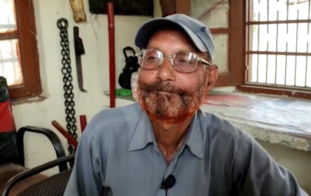 चश्मदीद गेटमैन करतार चंद हादसे के बारे में बताते हुए।