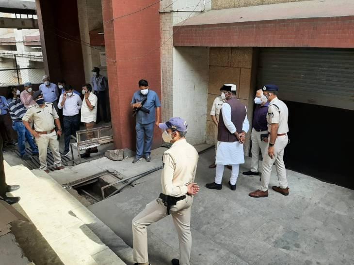 अस्पताल में पुलिस अफसरों के साथ पहुंचे चिकित्सा शिक्षा मंत्री विश्वास सारंग।