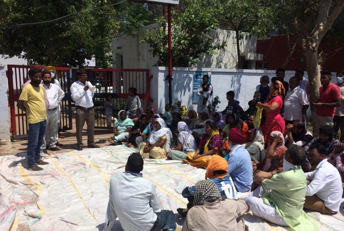 थाना करतारपुर के बाहर रोष प्रदर्शन करते मृतक के परिजन। - Dainik Bhaskar