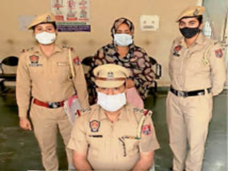 16 साल के बाद गिरफ्तार की महिला के बारे में बताते एसएचओ मुकेश। - Dainik Bhaskar