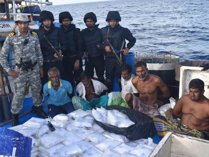 गिरफ्तार ड्रग तस्करों के साथ नौसेना के कमांडो। इस ड्रग्स का अंतरराष्ट्रीय बाजार में मूल्य 3 हजार करोड़ रुपए से ज्यादा है। - Dainik Bhaskar