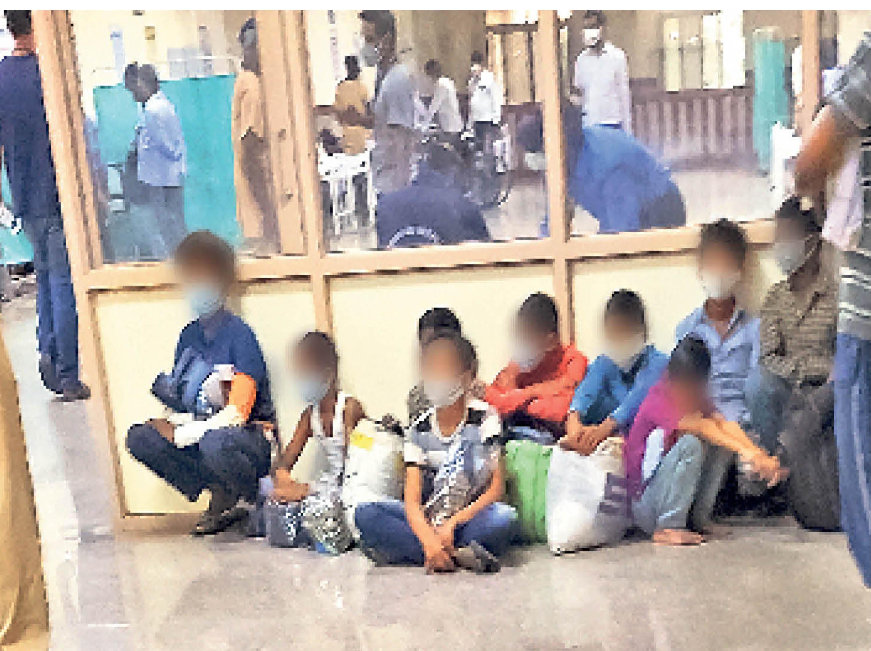 अनाथ बच्चों से बचकानी हरकत...तस्वीर आरयूएचएस की है। पुलिस रविवार को एक अनाथ आश्रम से बच्चों को जांच के लिए लाई। जल्दी जांच कराने का कहकर उन्होंने बच्चों को इमरजेंसी में फर्श पर ही बिठा दिया। हालांकि बच्चों में सैचुरेशन सही था और क्लीनिकली भी सही थे। होम आइसोलेट कर दिया गया। आरयूएचएस के कोविड इंचार्ज डॉ. अजीत सिंह की मानें तो स्टाफ ने पुलिसकर्मियों को कहा भी था कि इन्हें उचित दूरी से कुर्सियों पर बिठाओ, लेकिन उन्होंने जल्दी जांच कराने को कहा और सबको वहीं बिठा दिया।