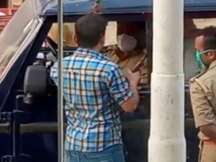 मास्क न पहनने पर SI ने कॉलर पकड़ झकझोरते हुए जड़ा थप्पड़; युवक ने भी पलटकर मारा तमाचा और हुआ फरार गोरखपुर,Gorakhpur - Dainik Bhaskar