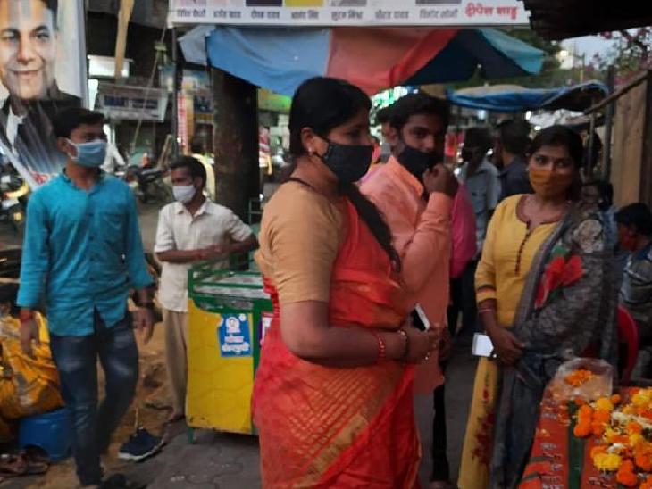 मुंबई के पठानवाड़ी जैसे मुस्लिम इलाकों में कुछ स्वयंसेवी संगठनों ने वैक्सीनेशन के लिए कैंप लगवाए हैं, लेकिन रमजान के दौरान यहां आने वालों की संख्या काफी कम हो गई है।