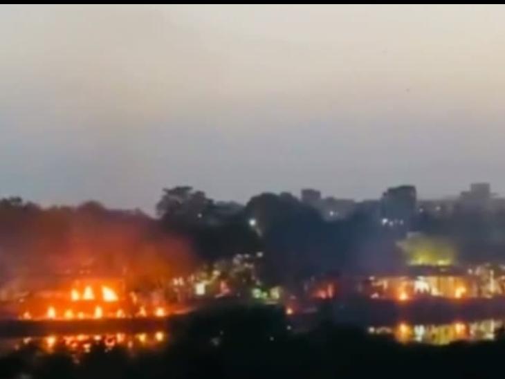 फोटो उत्तर प्रदेश की राजधानी लखनऊ की है। यहां भैसा कुंड श्मशान घाट पर एकसाथ 184 लाशों के अंतिम संस्कार का वीडियो सामने आया था, जबकि सरकारी आंकड़ों में हर दिन राजधानी में 10-25 मौतें ही दर्ज होती हैं।