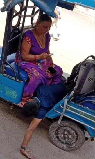 फोटो प्रधानमंत्री नरेंद्र मोदी के संसदीय क्षेत्र वाराणसी की है। यहां जौनपुर के मडियांहू की रहने वाली एक बुजुर्ग मां अपने जवान बेटे का इलाज कराने के लिए एक अस्पताल से दूसरे अस्पताल भटकती रही, लेकिन किसी का दिल नहीं पसीजा। सरकारी सिस्टम तो देखिए बेटे को अस्पताल ले जाने के लिए एंबुलेंस तक नहीं मिली। आखिरकार बेटे की सांसें मां के कदमों में ही टूट गईं।
