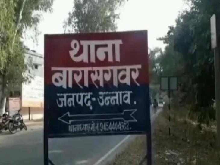 यूपी के उन्नाव में गुरुवार रात हमलावरों ने  घर में खड़ी बाइक व अन्य सामान भी तोड़ दिया। - Dainik Bhaskar