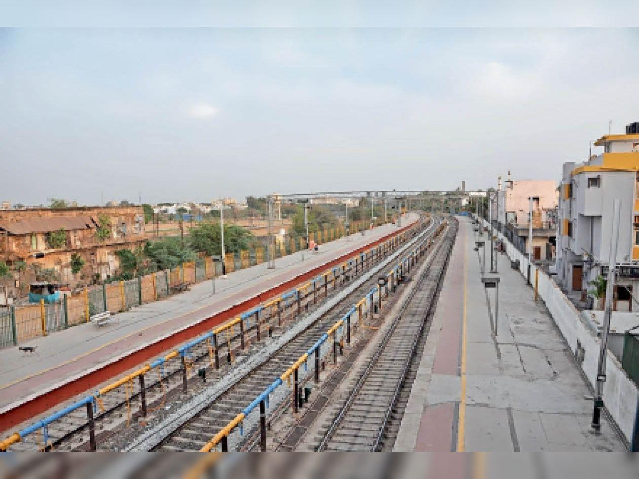शुक्रवार को ट्रेन बंद होने के बाद सुनसान पड़े प्लेटफॉर्म नंबर एक व दो। - Dainik Bhaskar