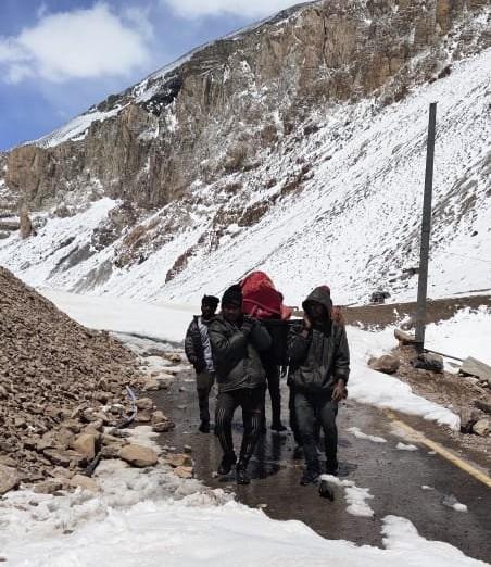 ग्लेशियर टूटने के कारण जोशीमठ-मलारी हाईवे पूरी तरह से बर्फ से ढंक गया है।