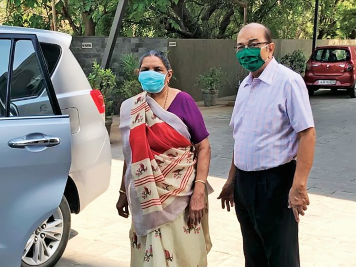 अहमदाबाद के मेहता दंपती घरों से लोगों को बुलाकर टीका लगवा रहे। - Dainik Bhaskar