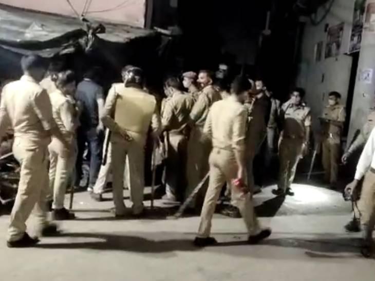 गैंगस्टर को पकड़ने गई पुलिस टीम पर पथराव, गाड़ी का शीशा टूट, आरोपी भाग निकला, चार हमलावर पकड़े गए|मेरठ,Meerut - Dainik Bhaskar