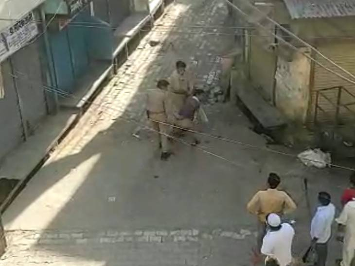 दुकानें बंद कराने गई पुलिस पर हमला, दरोगा से की गई धक्कामुक्की, एक आरोपी गिरफ्तार मेरठ,Meerut - Dainik Bhaskar