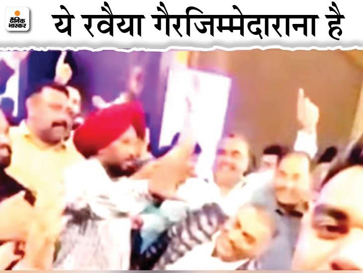 फगवाड़ा में पूर्व पार्षद दविंदर सपरा की बेटी के समारोह में स्टेज पर डांस करते कांग्रेस विधायक बलविंदर सिंह धालीवाल और अन्य। - Dainik Bhaskar