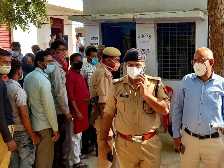 कानपुर देहात में जिलाधिकारी जितेन्द्र प्रताप सिंह व पुलिस अधीक्षक केशव कुमार चौधरी ने सोमवार को मलासा विकासखंड के मलासा ग्राम पंचायत बूथ नंबर 25 का निरीक्षण किया।