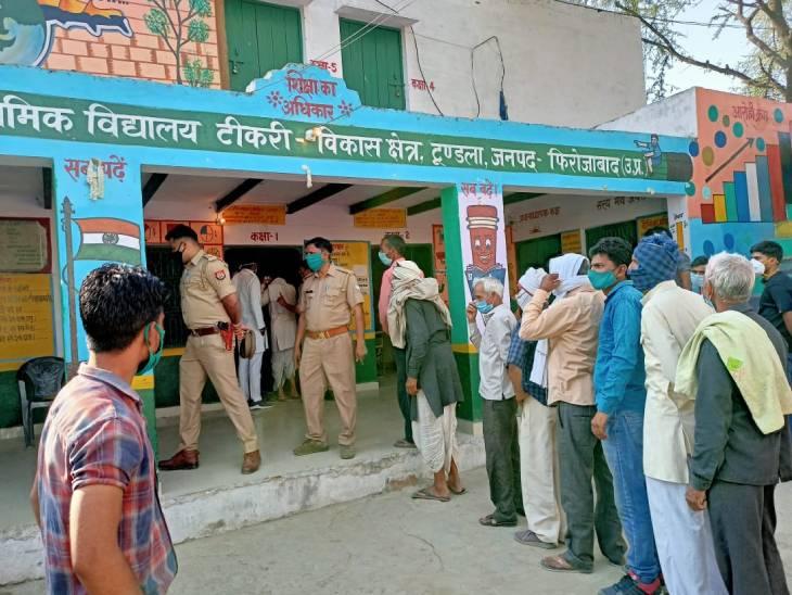 फिरोजाबाद में टिकरी मतदान केंद्र पर लगी मतदाताओं की कतार।