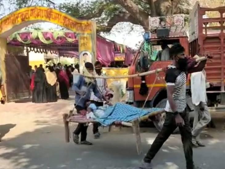 अमेठी में बाजार शुकुल के माडल प्राइमरी स्कूल महोना पश्चिम बूथ पर बीमार व्यक्ति को चारपाई सहित मतदान कराने के लिए लाया गया।