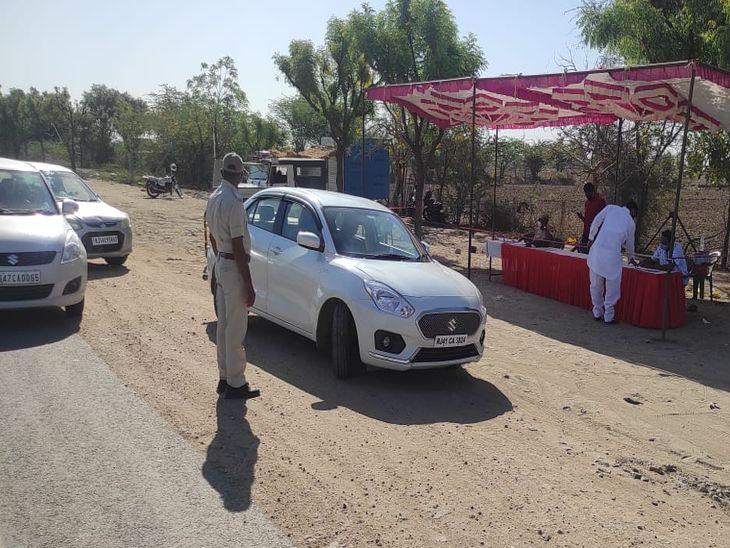 बांदरसिन्दरी (किशनगढ़) में नाकेबंदी करके पुलिस वाहनों की जांच कर रही है- फोटो-हेमराज जाट