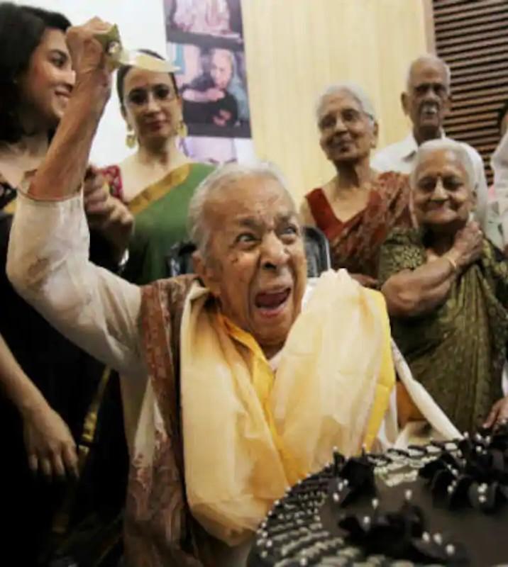 जोहरा सहगल की यह तस्वीर उस समय की है, जब उनका 102वां जन्मदिन मनाया गया था। उन्होंने पूरे जोश के साथ केक काटकर अपना जन्मदिन मनाया था।