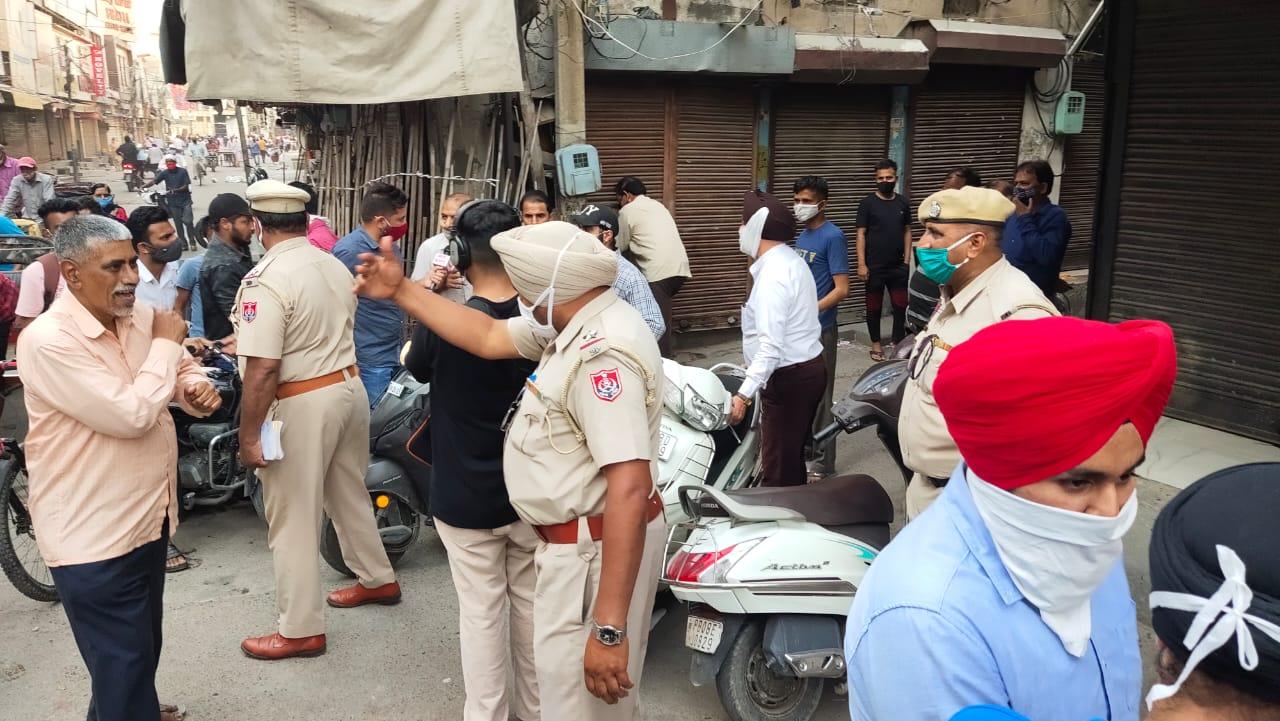 रैणक बाजार में दुकानें बंद कराती पुलिस। - Dainik Bhaskar