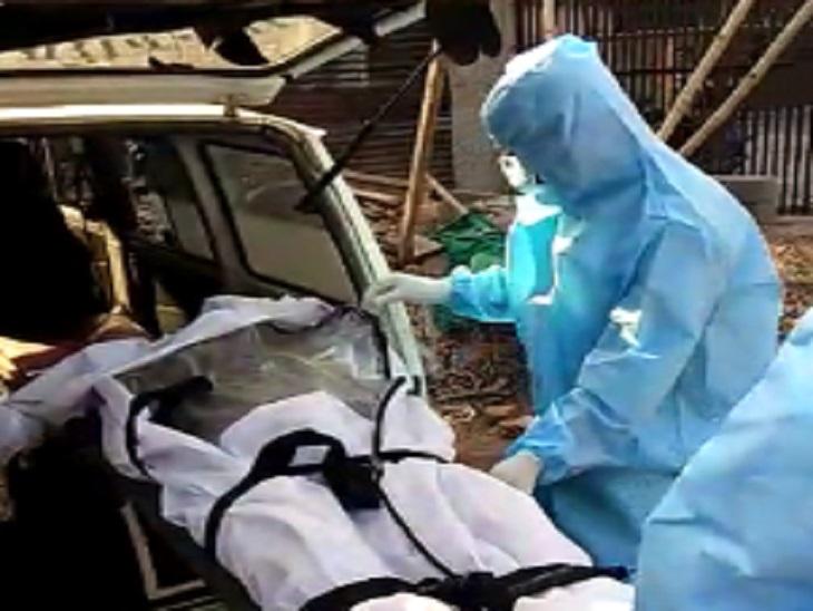 शव को अंबेडकर अस्पताल से कब्रिस्तान लाया गया।