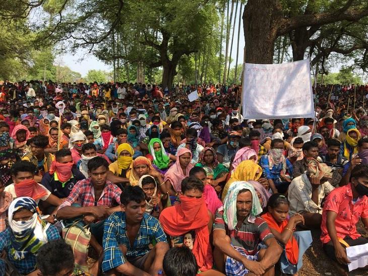 हाथों में पोस्टर लिए ग्रामीणों ने खुद को ड्रोन हमला पीड़ित भी बताया।कहा कि इससे उनके साथ ही जंगल और वन्य जीवों की भी जान को खतरा है। - Dainik Bhaskar