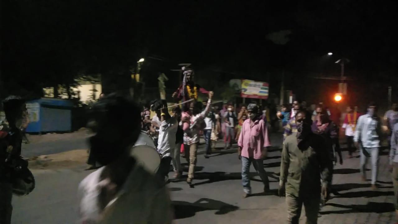 कोरोनाकाल ने बदली शादी की रस्म रिवाज, घोड़ी नहीं मिली तो कंधों पर बैठकर मंदिर पहुंचा दूल्हा|बांसवाड़ा,Banswara - Dainik Bhaskar