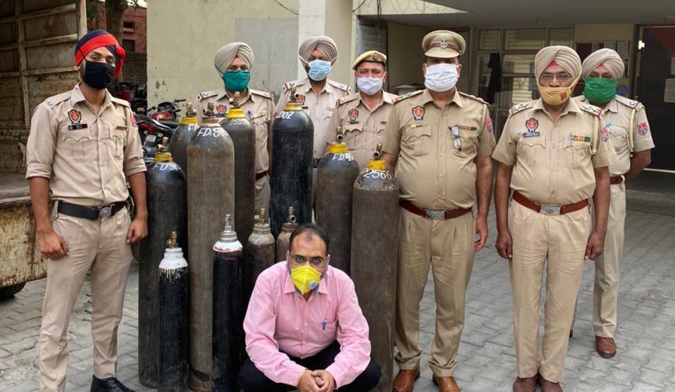 ऑक्सीजन की कालाबाजारी करने वाले फेयरडील एजेंसी का मालिक गिरफ्तार, 600 का सिलेंडर 18600 में बेच रहा था|जालंधर,Jalandhar - Dainik Bhaskar
