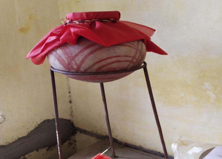 राधा देवी नाम की महिला का अस्थि कलश, ट्रस्ट के ऑफिस में रखा हुआ है।