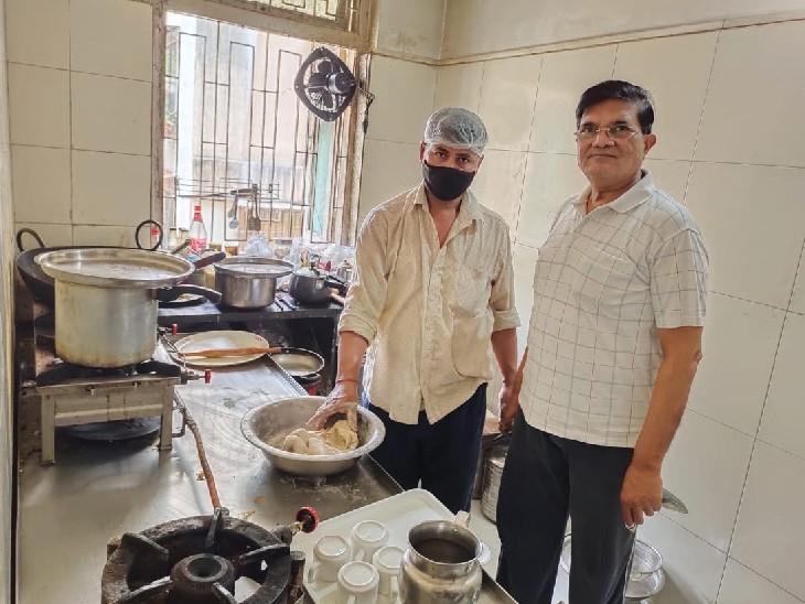 योगेंद्र राजपुरिया एक वालेंटियर के साथ अपने किचन में।