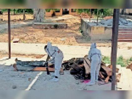गीजगढ़  श्मशान पर संक्रमित के अंतिम संस्कार तैयारी में जुटी टीम। - Dainik Bhaskar