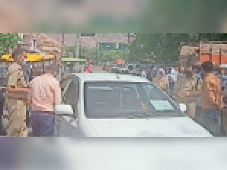 लालसोट  बगैर अनुमति वाले वाहनों के खिलाफ कार्रवाई करती पुलिस। - Dainik Bhaskar