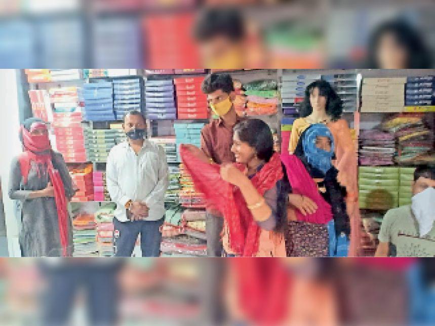 देवली ज्योति मार्केट में एक बंद प्रतिष्ठान को खुलवा कर देखा तो भरे थे ग्राहक। प्रशासन ने कार्रवाई कर पूरे मार्केट को सीज कर दिया। - Dainik Bhaskar