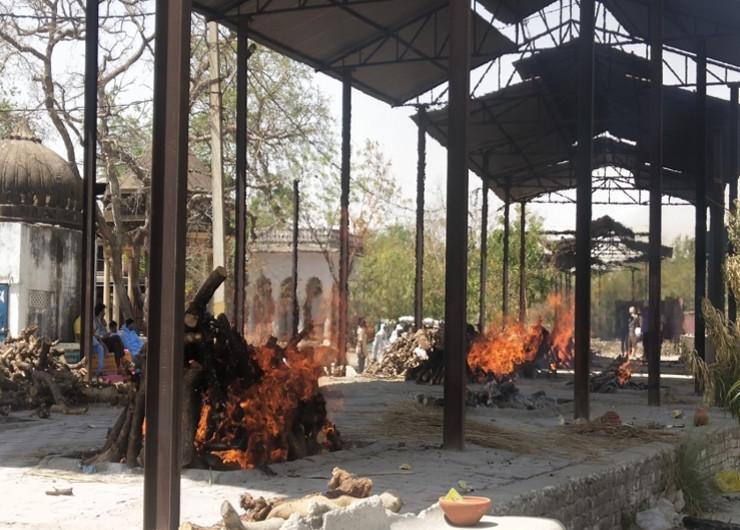 जयपुर के मोक्षधाम में कोरोना से मृतकों की कई चिताएं एक साथ जलती देखी जा सकती हैं।